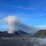 Gunung Bromo Kembali Menyemburkan Asap Hitam